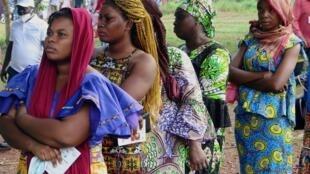 Des Guinéennes attendent de pouvoir voter lors de la présidentielle, le 18 octobre 2020, à Fria.