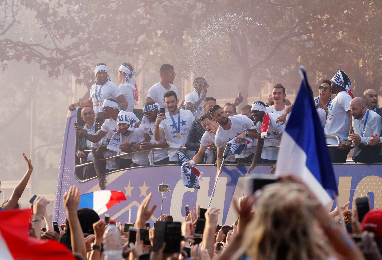 Hàng trăm ngàn người hò reo, đón tiếp các nhà vô địch Pháp trên đại lộ Champs Élysées, Paris, ngày 16/07/2018.