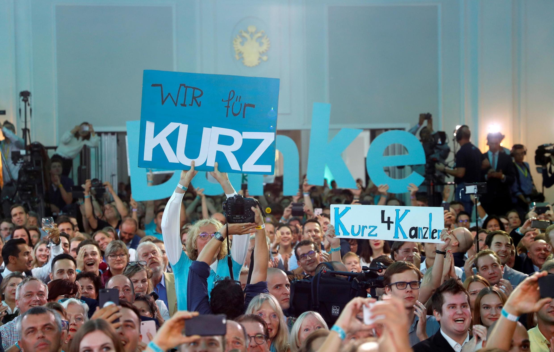 Partidários do primeiro-ministro Sebastian Kurz celebram a vitória, após o anúncio das projeções eleitorais em Viena.