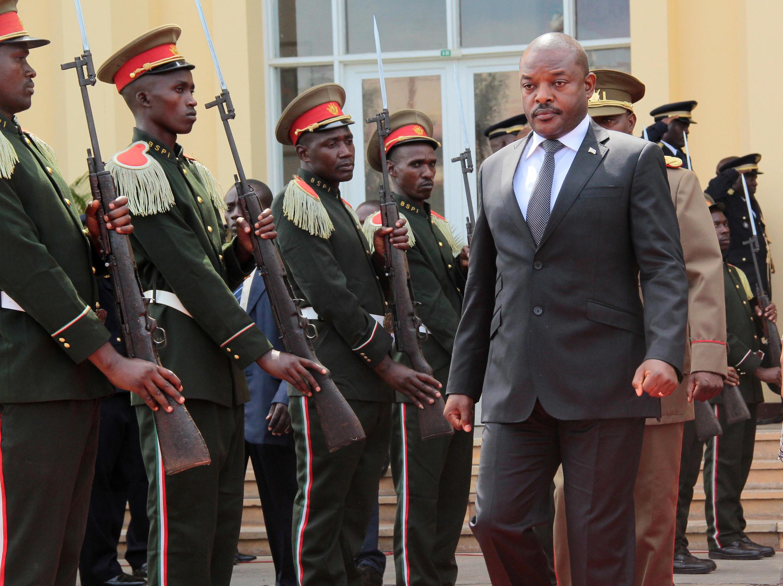 Rais wa Burundi Pierre Nkurunziza, akitoa heshima za mwisho kwa rais wa zamani wa nchi hiyo Kanali Jean-Baptiste Bagaza, jijini Bujumbura, mei 16 2016.