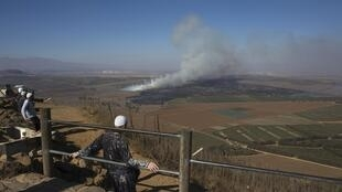 Des druzes regardent les combats entre armée syrienne et groupes rebelles à la frontière du Golan, ce 27 août 2014.