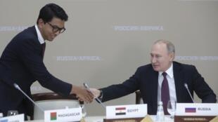 le président malgache Andry Rajoelina salue le président russe Vladimir Poutine à Sotchi, le 23 octobre 2019.