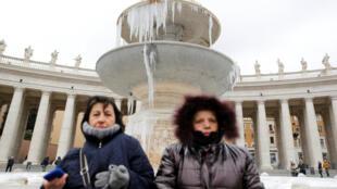 Turistas en la plaza de San Pedro del Vaticano, el domingo 8 de enero de 2017. Italia es uno de los países más afectados por la ola de frío.