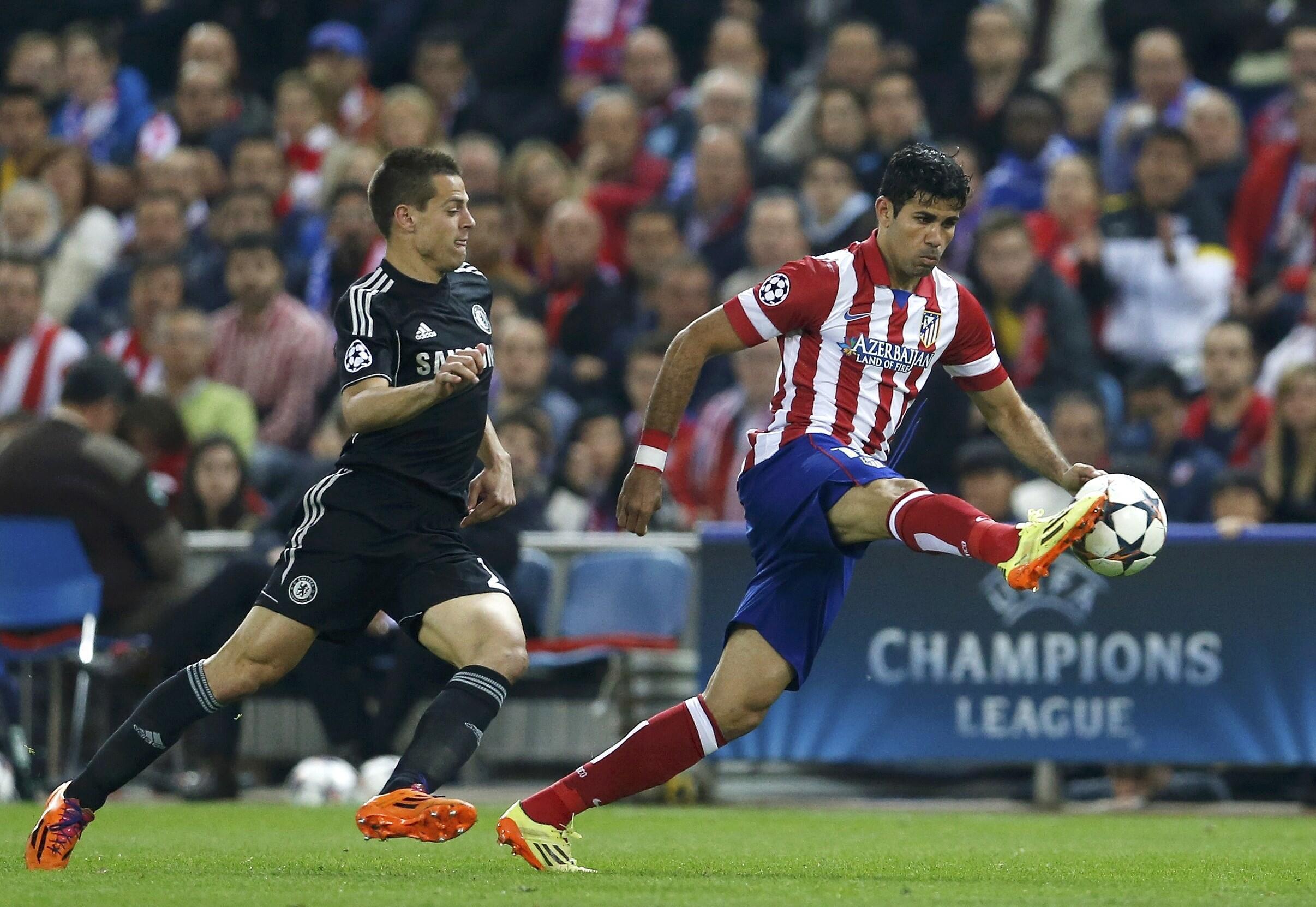 Mchezaji wa Atletico Madrid akijaribu kuwatoka wachezaji wa Chelsea