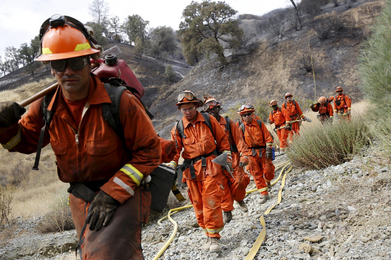 Bombeiros americanos conseguem controlar incêndio em Lake County, na Califórnia, em 4 de agosto de 2015.