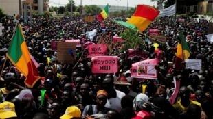 Des partisans de l'imam Dicko réclament le départ du président malien, Ibrahim Boubacar Keïta. Le 19 juin 2020.