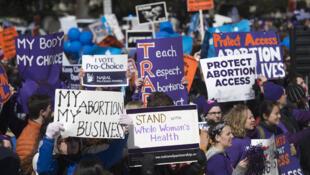 Les partisans de l'accès légal à l'avortement, ainsi que des militants anti-avortement, rassemblés devant la Cour suprême à Washington le 2 mars 2016,