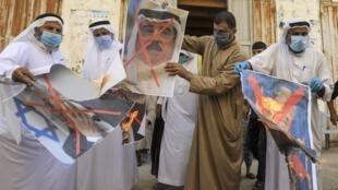 Plestiniens brûlant des affiches du roi du Bahreïn, Hamed ben Issa al-Khalifa, du président américain Donald Trump et du Premier ministre israélien Benyamin Netanyahu, le 12 septembre dans la Bande de Gaza.
