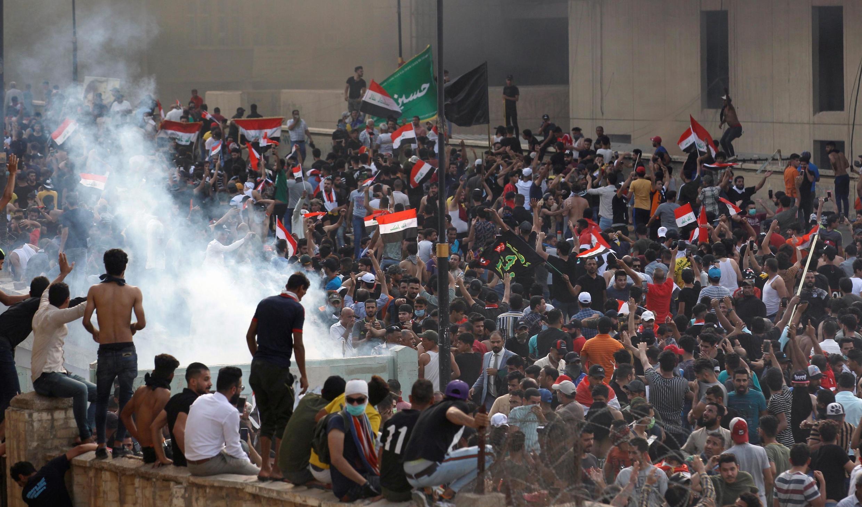 Deux manifestants sont morts mardi 1er octobre, à Bagdad et dans la province de Zi Qar (300 km au sud), et il y a eu plus de 200 blessés recensés par les responsables de la Santé.