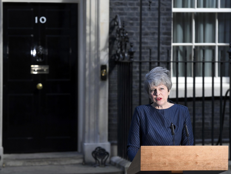 Theresa May lors de l'annonce de la tenue d'élections législatives anticipées le 8 juin prochain devant le 10, Downing Street à Londres.