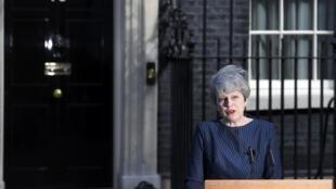 Theresa May anuncia elecciones para el 8 de junio frente al 10 Downing Street en Londres.