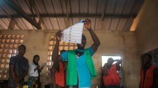 Maafisa wa tume huru ya kitaifa ya uchaguzi wakati wa zoezi la kuhesabu kura katika kituo cha kupigia kura huko Lomé, Februari 22, 2020 (picha ya kumbukumbu).