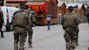 Французские солдаты патрулируют рождественскую ярмарку в Страсбурге, 21 январе 2016.