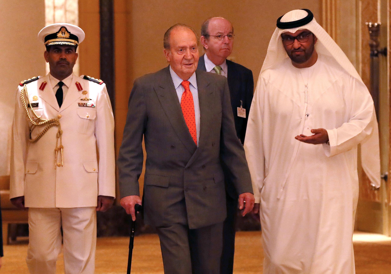 西班牙名誉国王胡安·卡洛斯(中)2014年4月14日在阿联酋