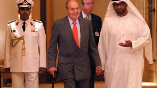 西班牙名誉国王胡安·卡洛斯(中)2014年4月14日在阿联酋(资料图片)