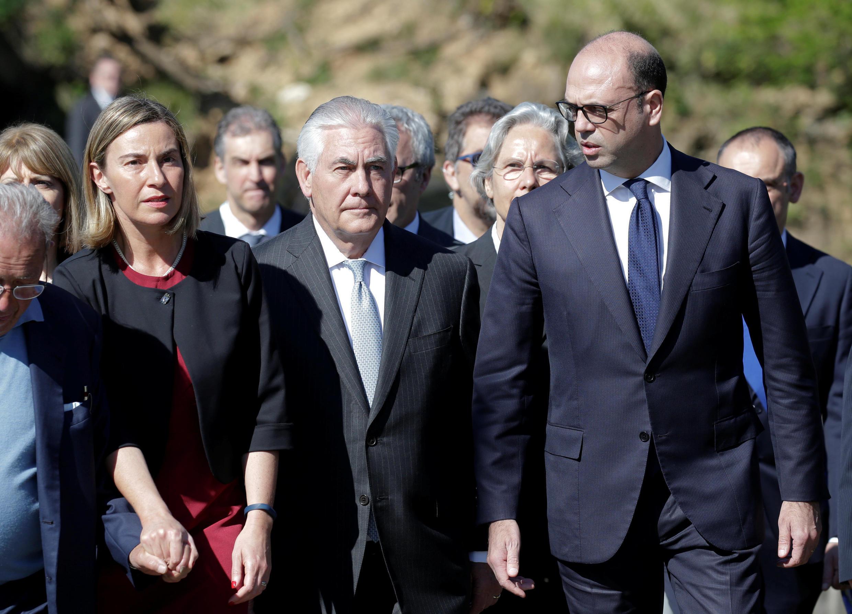 Ngoại trưởng Liên Hiệp Châu Âu Federica Mogherini, ngoại trưởng Mỹ Rex Tillerson và đồng nhiệm Ý Angelino Alfano đến đài tưởng niệm Sant'Anna di Stazzema, Ý, ngày 10/04/2017.