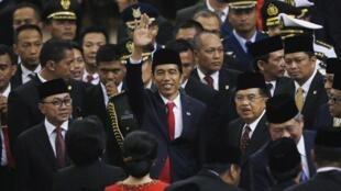 Rais mpya wa Indonesia, Joko Widodo (katikati), wakati wa kuapishwa kwake, Oktoba 20 mwaka 2014, Jakarta.