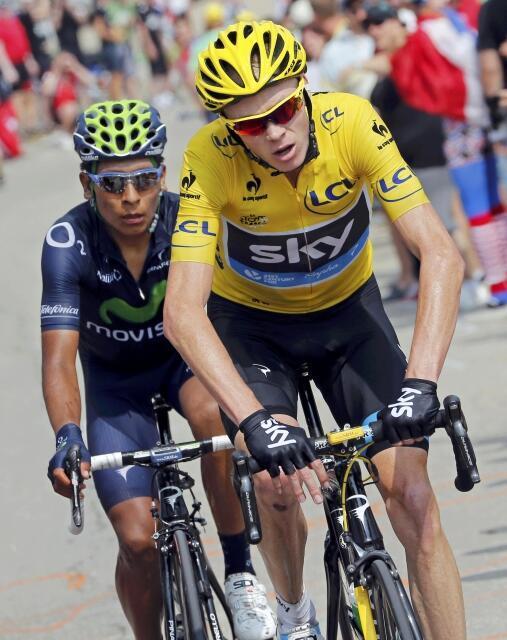 Chris Froome (Sky) com a camisola amarela de líder da Volta à França em bicicleta.
