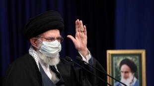 Shugaban juyin juya halin kasar Iran Ayatoullah Ali Khamenei sanye da kellen rufe hanci da baki saboda kariyar cutar korona