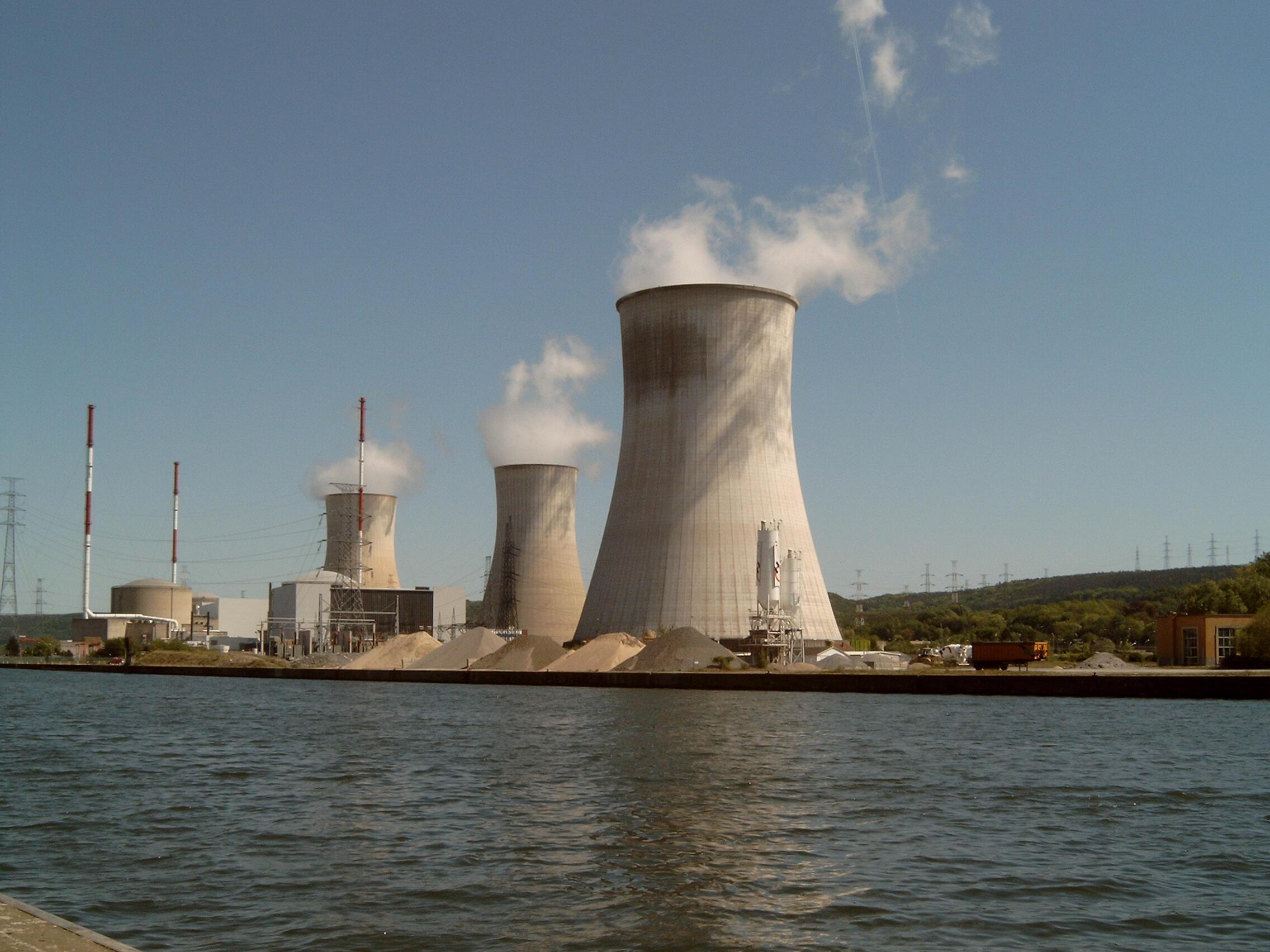 Nhà máy điện hạt nhân Tihange, Bỉ, nhìn từ sông Meuse.