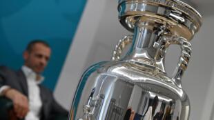 El trofeo de ganador de la Eurocopa, durante una entrevista con la AFP del presidente de la UEFA, Aleksander Ceferin, el 11 de junio de 2021 en Roma, horas antes del partido inaugural del torneo entre Italia y Turquía
