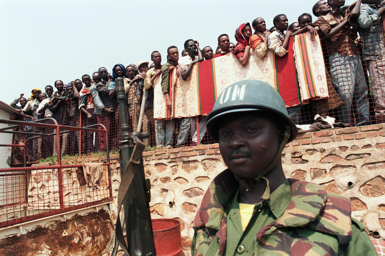 Un Casque bleu ghanéen suit l'évacuation de réfugiés tutsis de Kigali, le 20 juin 1994.