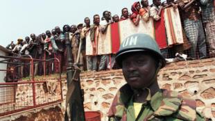 Un casque bleu ghanéen protège l'évacuation de réfugiés tutsis de Kigali, le 20 juin 1994.
