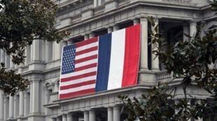 Les drapeaux français et américain à la Maison Blanche, à Washington, le 7 février 2014.