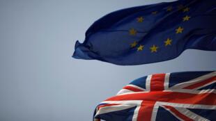 图为欧盟旗帜与英国国旗