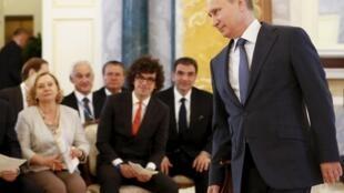 Tổng thống Nga Putin tiếp các doanh nhân tại diễn đàn kinh tế Saint Petersbourg 2015.