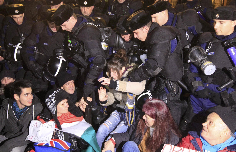 La police déloge des manifestants en plein «sit-in» dans les rues de Budapest, mardi 16 décembre 2014 en Hongrie.