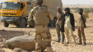 Contrôle de camions près de la frontière algéro-malienne (image d'illustration).