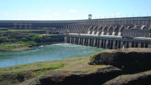 A usina hidrelétrica de Itaipu, binacional, localizada no Rio Paraná, na fronteira entre o Brasil e o Paraguai. Itaipu é, hoje, a maior usina geradora de energia do mundo.