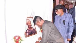 Mataimakin shugaban Najeriya farfesa Yemi Osinbajo yayin jajanta mutuwar Funke Olakunrin, 'yar shugaban Afenifere, Pa Reuben Fasoranti.