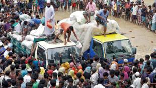 Phân phát hàng cứu tợ cho người tị nạn ở Bangladesh ngày 20/09/2017.