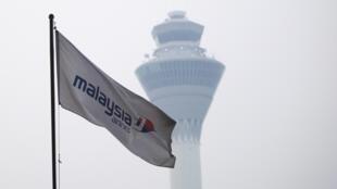 Tour de controle de l'aéroport de Kuala Lumpur, drapeau de la compagnie aérienne Malaysia Airlines.