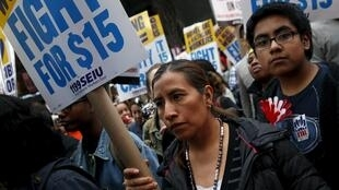 Plusieurs milliers de personnes ont manifesté à New York pour demander une augmlentation des bas salaires, le 15 avril.