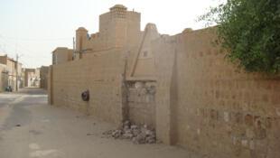 La porte cassée de la mosquée de Cheikh Sidi Yahya.