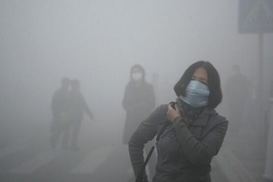 Chineses são obrigados a usar máscaras para não respirar o ar poluído das cidades.