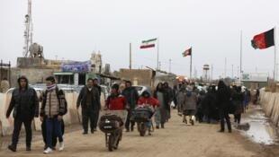 بازگشت روزانه هزاران مهاجر افغان از ایران به دلیل شیوع ویروس کرونا