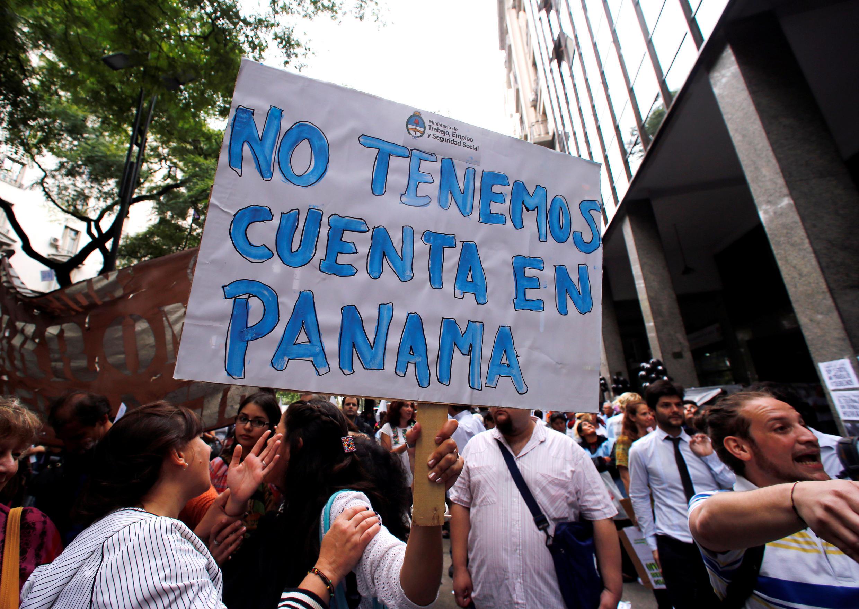 图为阿根廷民众手举写有我们没有巴拿马离岸公司账号的示威牌抗议该国部长涉嫌秘密离岸公司