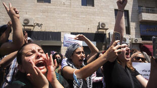 Unas mujeres corean eslóganes en una manifestación frente al juzgado donde los residentes palestinos del barrio de Silwan, en el este de Jerusalén, se presentaron ante un juez en relación con los desalojos previstos de sus viviendas, el miércoles 26 de mayo de 2021.