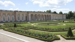La façade en marbre rose du Grand Trianon, côté jardin.