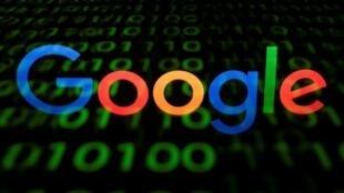 Logo de Google en una pantalla fotografiada en París el 29 de abril de 2018