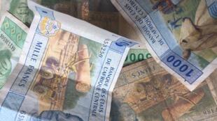 Des francs CFA.
