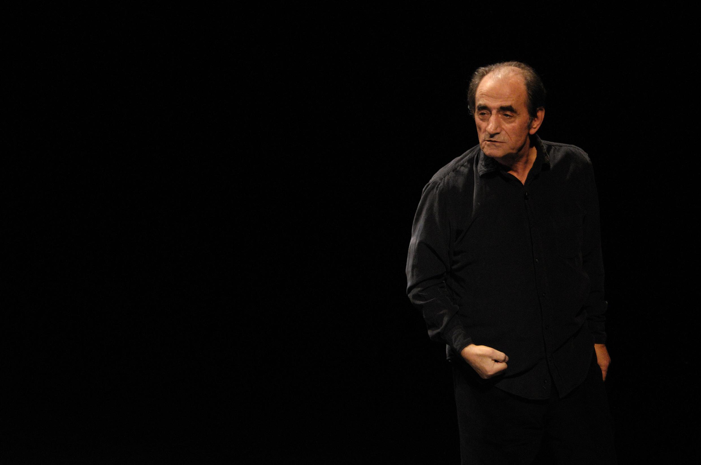 Richard Bohringer est sur la scène du Théâtre de l'Atelier à Paris dans « Traîne pas trop sous la pluie ».