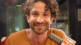 El escritor Miguel Bonnefoy en los estudios de RFI