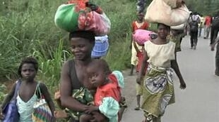 Người dân thành phố  Begoua, (cách thủ đô Bengui 17 km) trên đường chạy loạn. Ảnh chụp ngày 23/03/2013.