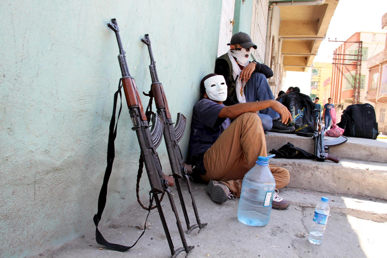 Miembros enmascarados del YDG-H, ala joven del PKK, en  Silvan, 17 de agosto de 2015.