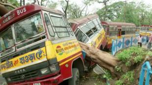 O ciclone Amphan devasttou na quarta-feira, 20 de Maio, o sul da cidade de Calcutá, imagem em  Kolkata.